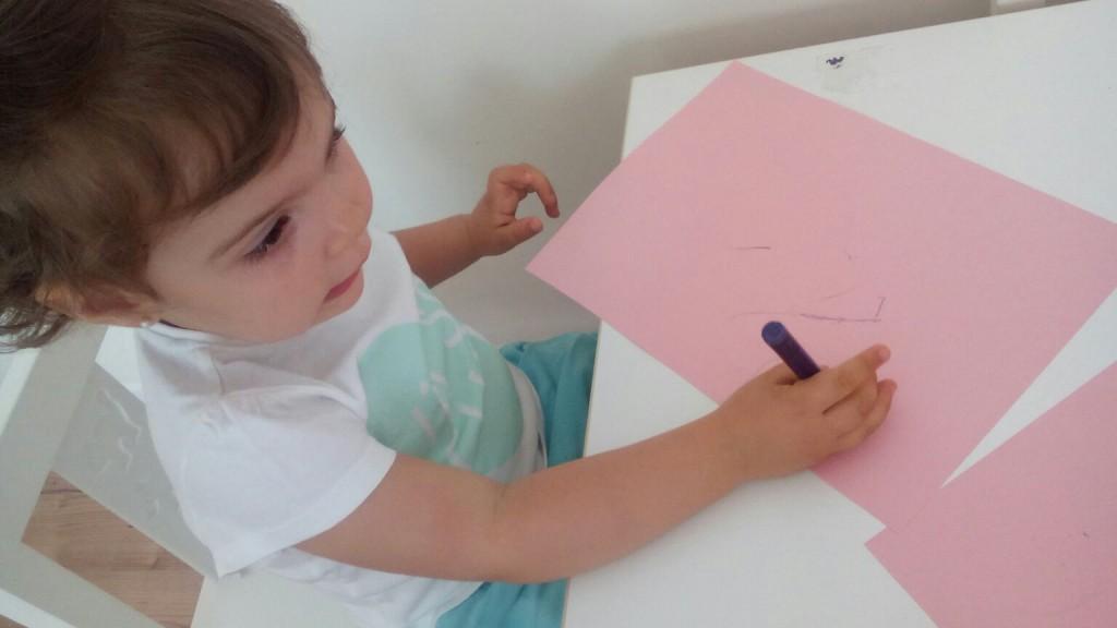 Pintando en mesa Gabriela