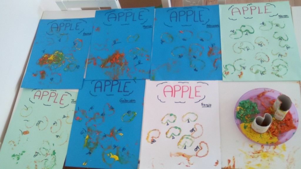 Manzanas con rollos de papel